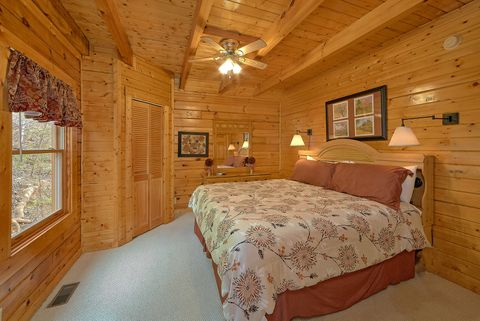 Luxury Cabin with Master bedroom on main level - Suite Retreat