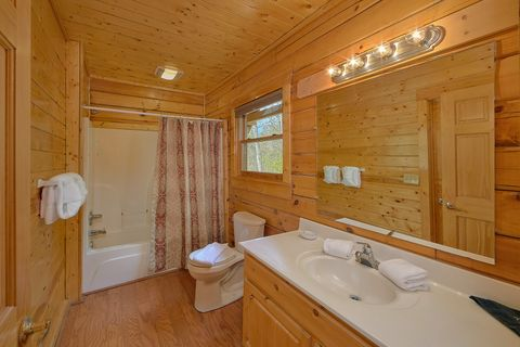 4 bedroom cabin with Private Master Bath - Suite Retreat
