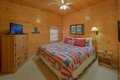 4 King bedrooms in Luxury Cabin - Suite Retreat