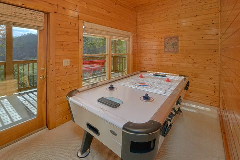 4 bedroom cabin with air hockey and pool table - Suite Retreat