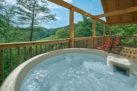 Premium 4 bedroom cabin with hot tub and views - Suite Retreat