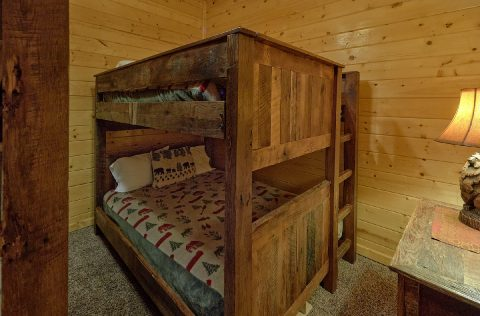 Queen bunkbeds for 4 guests in 9 bedroom cabin - Summit View Lodge