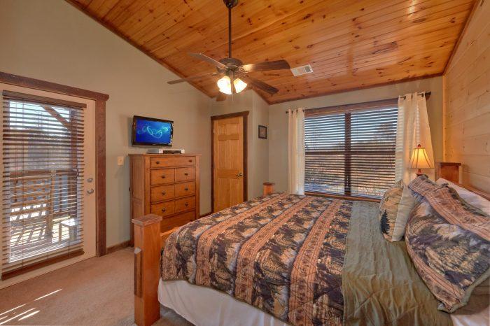 King Sized Bedroom on Top Level - Sundaze