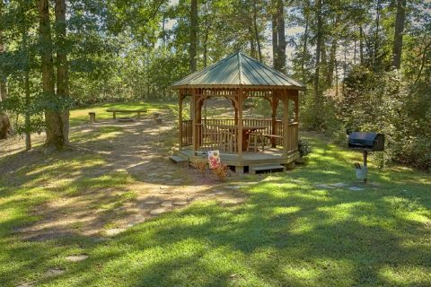 Luxury 2 Bedroom Cabin with Gazebo and Grill - Sweet Seclusion