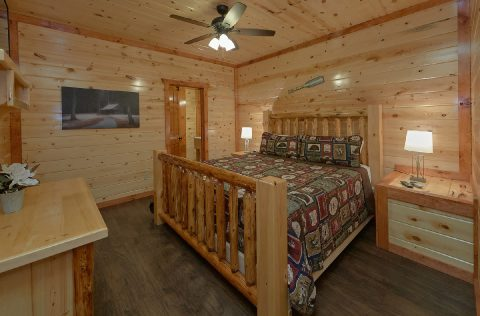 King Bedroom with Flatscreen TV and WiFi - Swimming in the Smokies