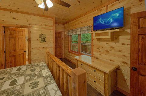 Large King Bedroom with Flatscreen TV Sleeps 14 - Swimming in the Smokies