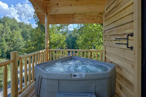 Treehouse cabin rental with hot tub on deck - Tennessee Treehouse