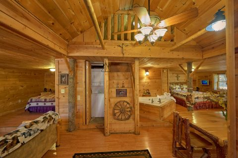 Open Floor Plan 2 Bedroom Cabin Sleeps 5 - The Barn