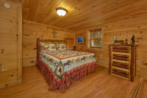 Queen Bedroom with Flatscreen TV Sleeps 5 - The Barn