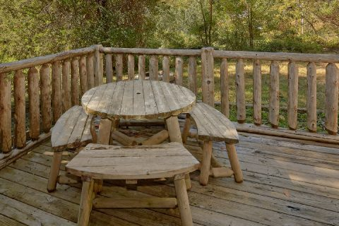Unique 2 Bedroom Cabin with Outdoor Picnic Table - The Barn