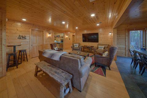 6 Bedroom 4 Bath Cabin Sleeps 15 - The Big Cozy