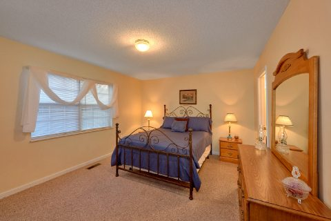 Vacation Home with Queen Bedroom and Jacuzzi - The Bunkhouse