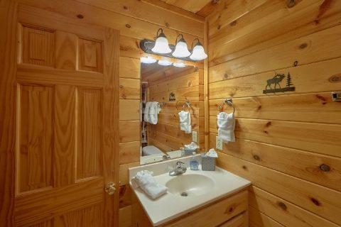 Large 4 Bedroom 3 Bath Cabin Sleeps 10 - The Majestic