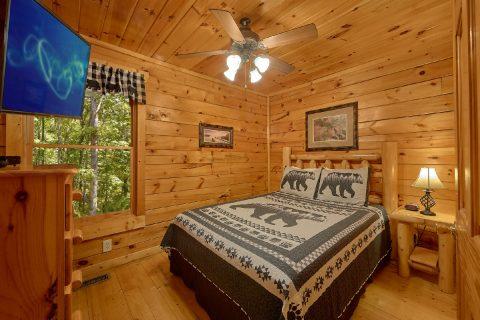 Main Floor Bedroom 4 Bedroom Cabin Sleeps 10 - The Majestic