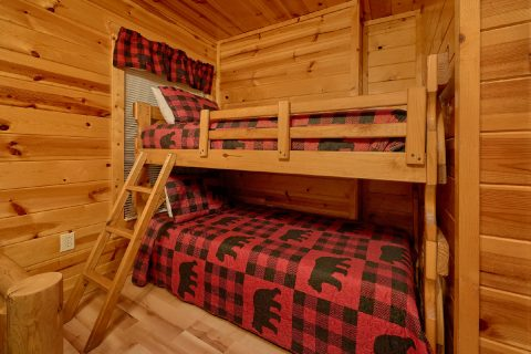 4 Bedroom Cabin Sleeps 10 with Views - The Majestic