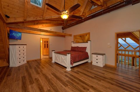 Spacious Master Bedroom with King bed at cabin - Top Of The World