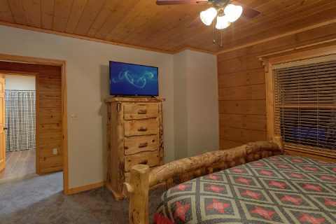 King bedroom with TV in 6 bedroom cabin - Top Of The World