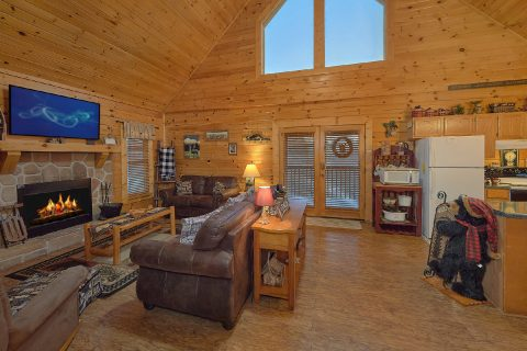 Rustic 2 bedroom cabin with spacious living room - Wander Back Inn