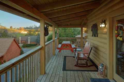2 bedroom cabin with picnic table on the deck - Wander Back Inn