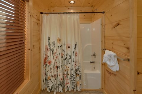 Pigeon Forge cabin with 4 and a half baths - Whistling Dixie