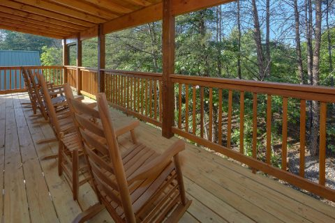 Resort cabin with flat parking and pool access - Whistling Dixie