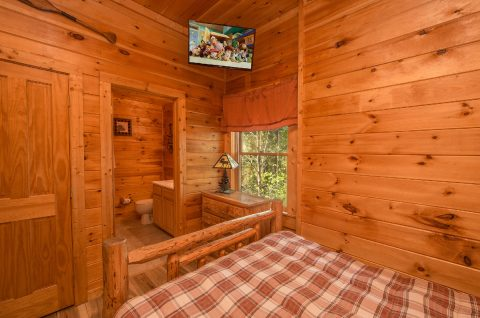 Bunk bedroom with TV in 5 bedroom cabin - Wilderness Lodge